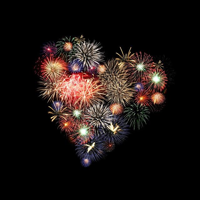 爱情原来很像我们去观望的一场烟花。